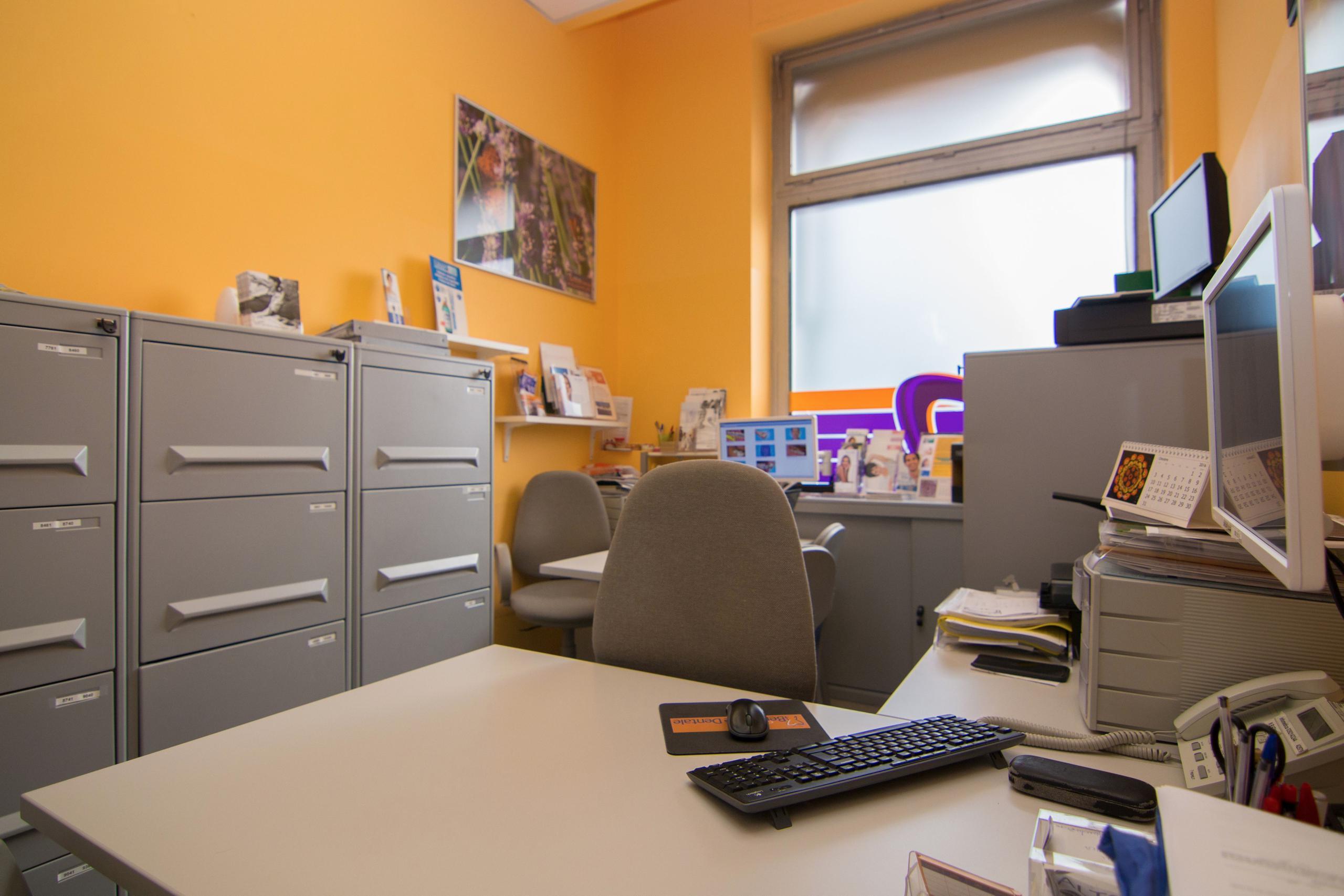 foto ufficio togiere portaocchiali